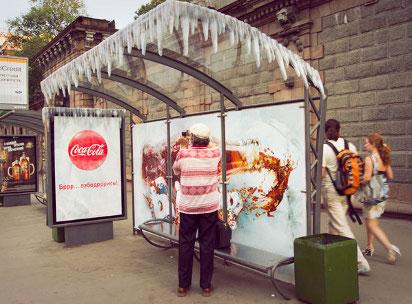 Реклама Колы на остановке в москве