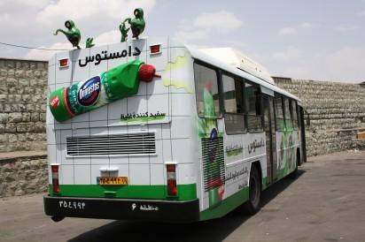 Реклама моющего средства на автобусе