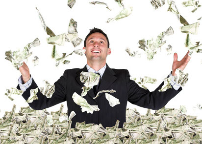 Человек купается в деньгах
