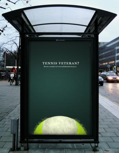 Реклама теннисного клуба на остановке