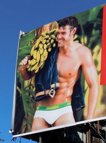 Билборд с рекламой мужского белья