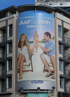 Реклама фильма Притворись моей женой  на здании