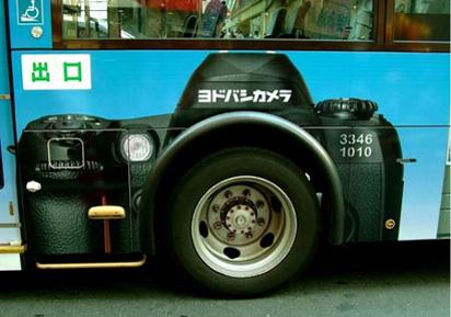 Реклама фотоаппарата на автобусе