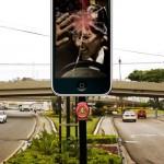 Билборд-iPhone против СМС за рулём