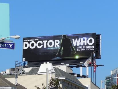 Рекламный щит с рекламой сериала
