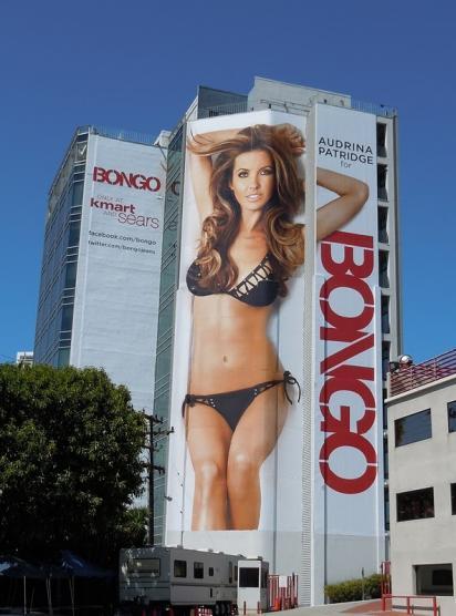 Огромный билборд с девушкой в бикини