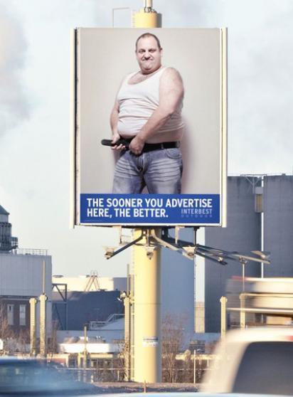 Раздевается на билборде