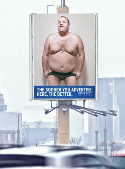 Почти голый мужчина на билборде