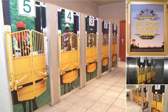 Реклама букмекерской конторы в туалете