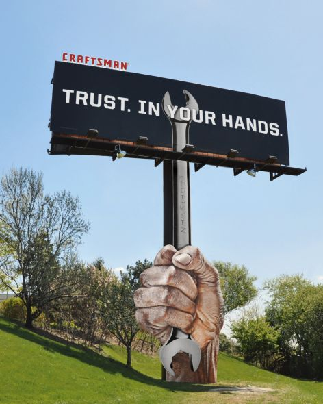 Необычный билборд с рекламой инструментов