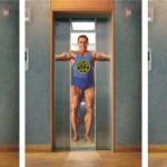 Реклама тренажерного зала Gold's в лифте