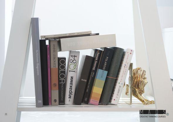 Канский Лев подпирает книжки