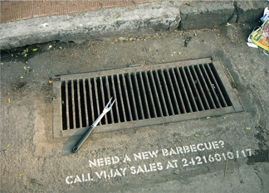Креативная реклама на дороге